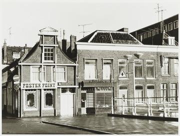 Het 2e pand van links is de voormalige Zuivelzaak van Piet Bakkum aan de Oudegracht 158 te Alkmaar. De naam prijkt in 1974 nog op de gevel. [Bron: RAA, Beeldbank, J. Elsinga, 17-11-1974, RAA011006165] (Petrus Johannes Bakkum)