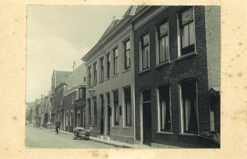 Koningsweg 1920 - De woning waar de ladder voor staat is Koningsweg 26-26a (anno 1920), Schildersbedrijf W. Bakkum & Zn. [Bron: RAA, Collectie prentbriefkaarten, RAA012008165] (Willem Bakkum)